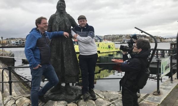 Nils-Henning Nesje og Torstein Hatlevik poserer med Klippfiskkjerringa i Kristiansund. Foran: Produsent Magnus Alnes Antonsen.
